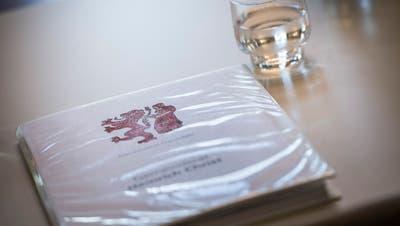 Für die Ratsmitglieder vorbereitete Geschäftsunterlagen im Grossen Bürgersaal im Rathaus. (Bild: Andrea Stalder)