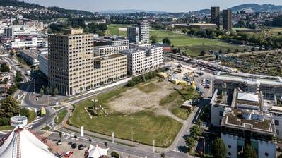 Auf diesem derzeit brach liegenden Areal neben der Überbauung sowie dem Bahnhof Mattenhof soll die Pilatus-Arena entstehen. (Bild: Pius Amrein  (Kriens,25. Juni 2020))