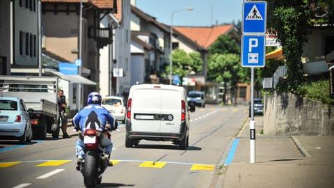 Vor der Bahnhofstrasse 15 beginnen die Parkplätze exakt auf der Höhe des Fussgängerübergangs – zu nahe für heutige Normen. ((Bild: Olaf Kühne))