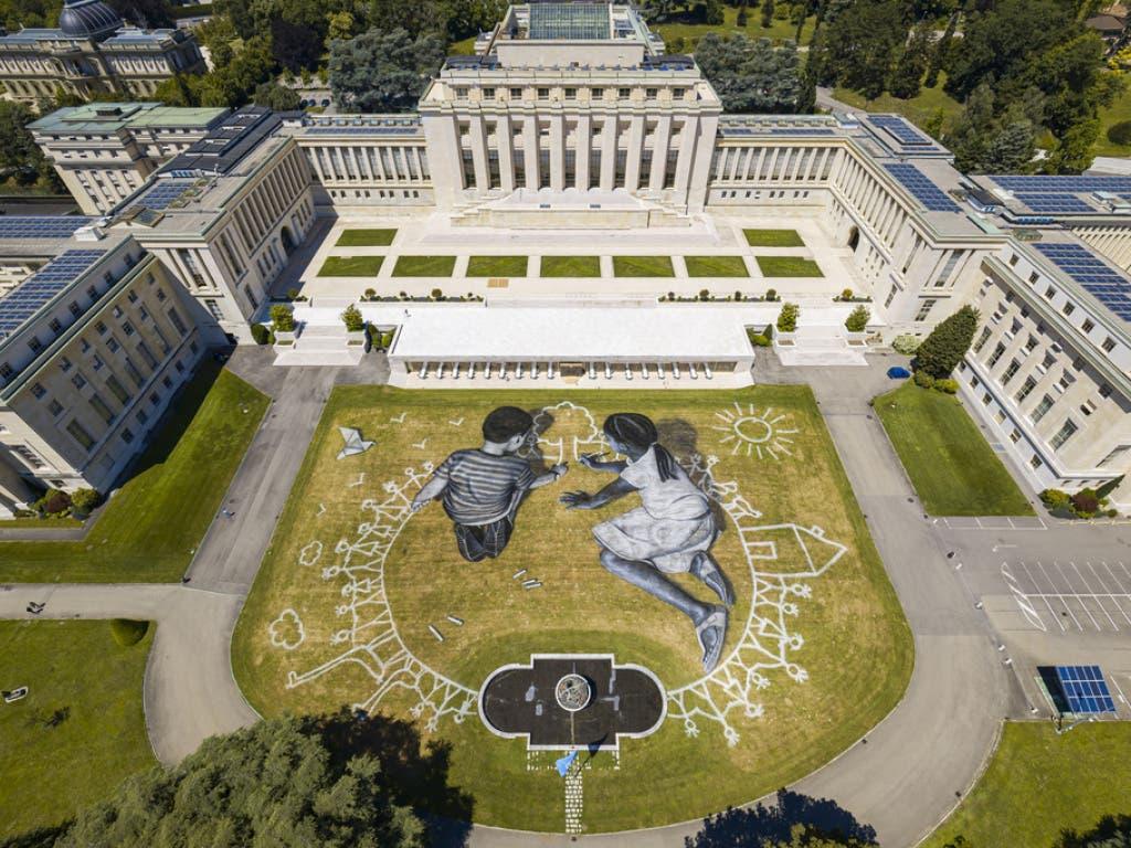 Das gigantische Gemälde des französisch-schweizerischen Landschaftskünstlers Saype im Park des Völkerbundpalasts.