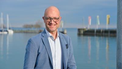 Rolf Müller von Thurgau Tourismus am Hafen von Romanshorn (Bild: Donato Caspari)