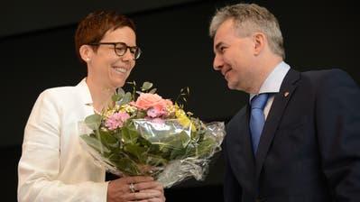 Cornelia Kaufmann-Hurschler erhielt von ihrem Vorgänger Reto Wallimann einen Blumenstrauss (Bild: Urs Hanhart (Sarnen, 26. Juni 2020))