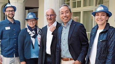 Mit Hut und Volksnähe in den Wahlkampf: Daniel Meili und Jigme Shitsetsang reichen ihre Kandidaturen für das Stadtpräsidium respektive den Stadtrat ein
