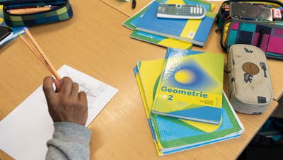 A pupil of the second grade class P16g pictured during a mathematics lesson with teacher Eleonora Philipp-Pichler (not in the picture) at the gymnasium of the Cantonal School Solothurn, Switzerland, on May 14, 2018. The Cantonal School Solothurn consists of a gymnasium, a specialized upper secondary school (Fachmittelschule FMS) and a secondary school (Sekundarschule P), which prepares the pupils for the gymnasium. (KEYSTONE/Christian Beutler) (Christian Beutler / KEYSTONE)