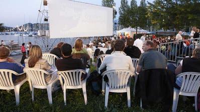 Vor Beginn der Filmvorführung füllen sich jeweils die Sitzplätze im Open-Air-Kino Luzern am Alpenquai. (Bild: PD)