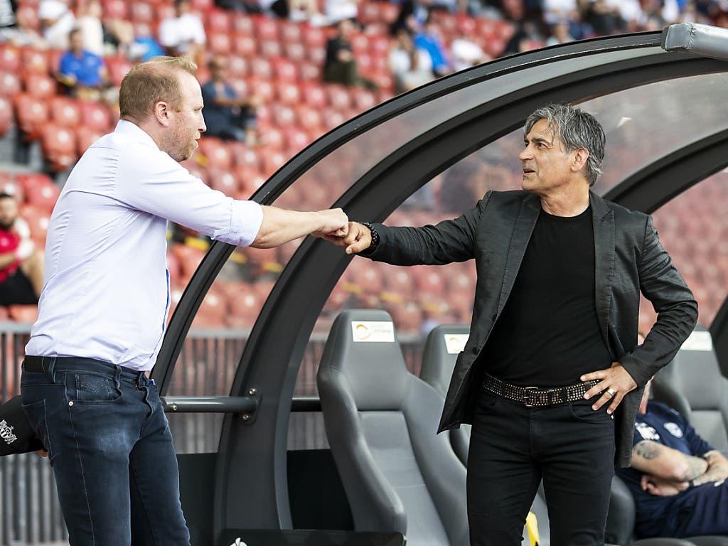 Ludovic Magnin und Maurizio Jacobacci begrüssen sich mit dem Corona-Gruss