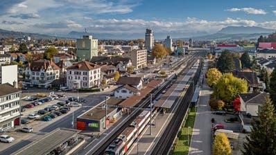 Das Bahnhofareal in Sursee muss nach dem Nein zumBebauungsplan Therma-Areal ohne das 63-Meter-Hochhaus geplant werden. (Bild: Pius Amrein (6. November 2018))