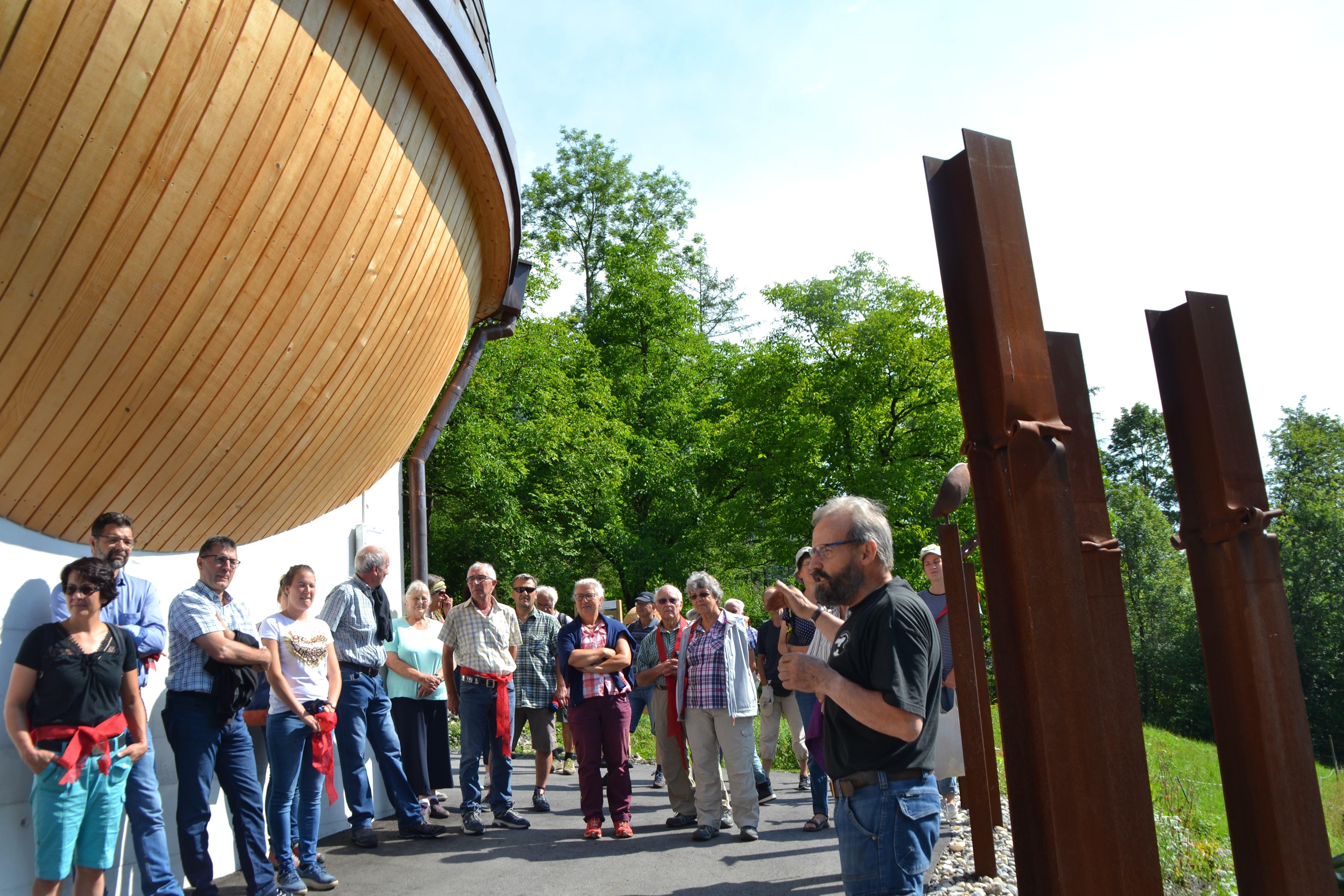 Christof Friedrich, Erbauer der Stahlplastik «Nussknacker» erläutert den Gästen sein Werk.