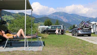 Maya Müller und Bruno Bieri machten einen Ausflug von Zürich in die Zentralschweiz und hatten Glück, spontan einen Platz auf dem Camping Ewil in Sachseln zu erwischen. (Bild: Irene Infanger (Sachseln, 27. Juni 2020))