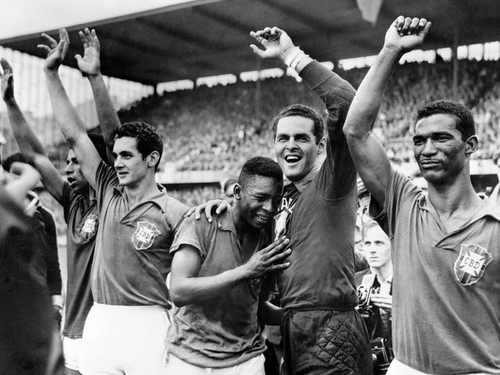 Pelé als 17-jähriger Jungspund im WM-Freudentaumel mit Goalie Gylmar Dos Santos Neves