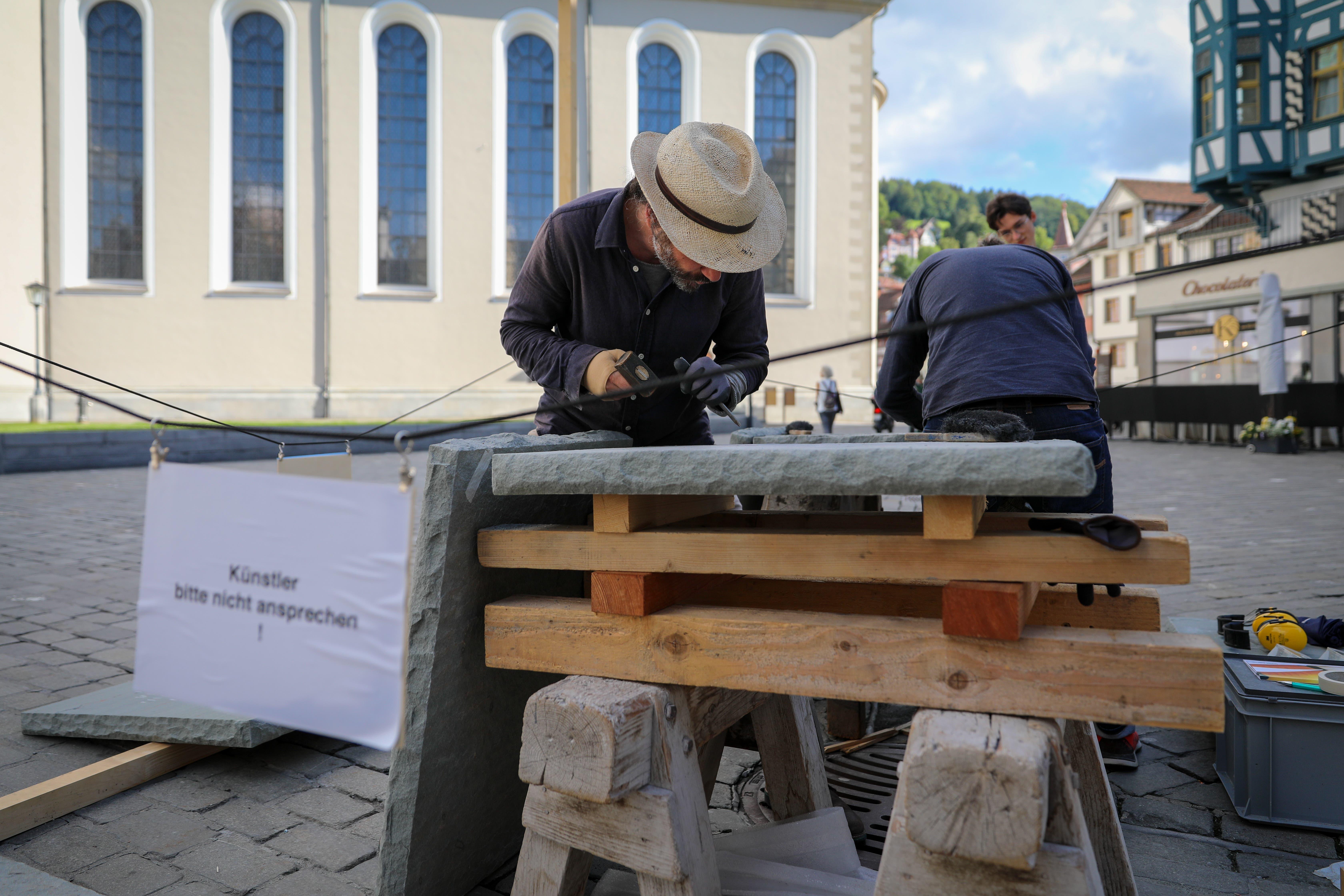 «Künstler bitte nicht ansprechen!» Frank und Patrik Riklin bei der Arbeit zwischen IHK, Kathedrale und Chocolaterie.