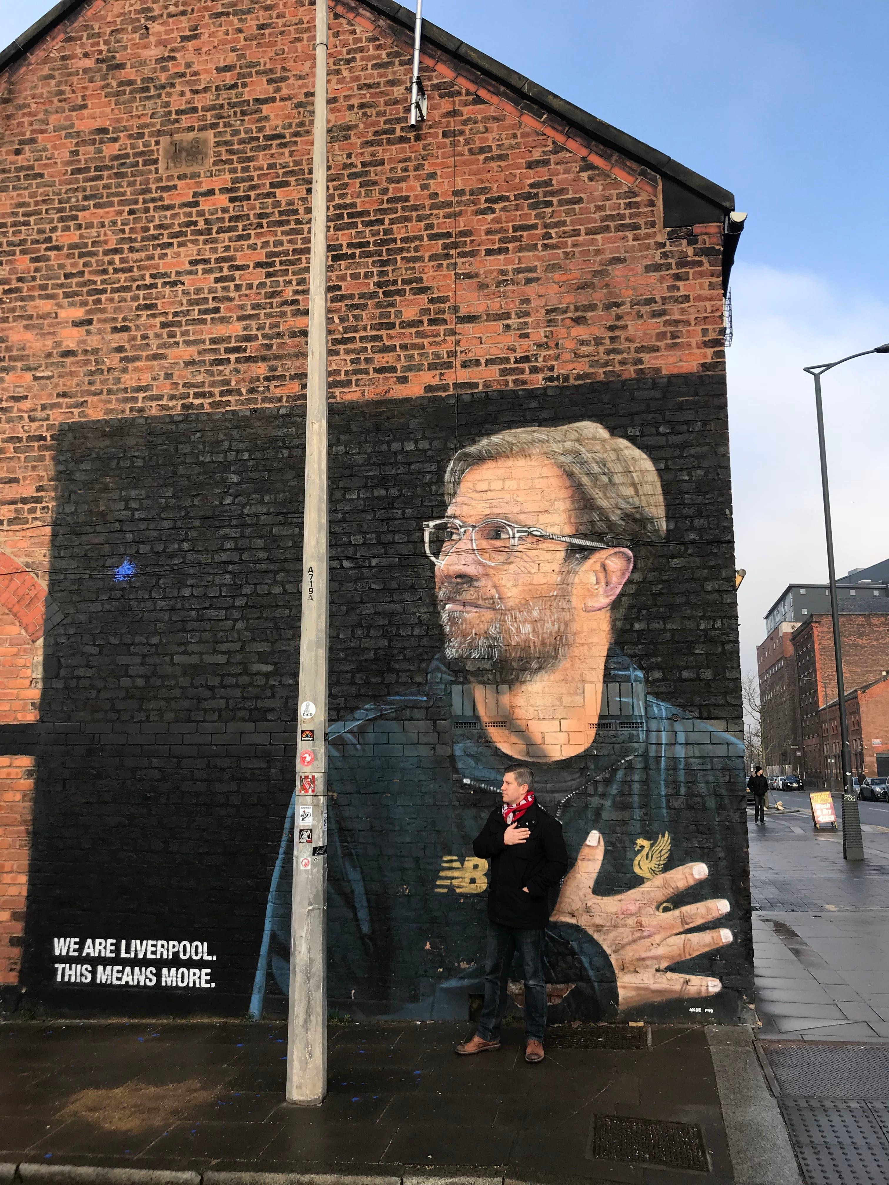 Reto Brunner vor einem Gemälde mit Trainer Jürgen Klopp in Liverpool im Jahr 2019.