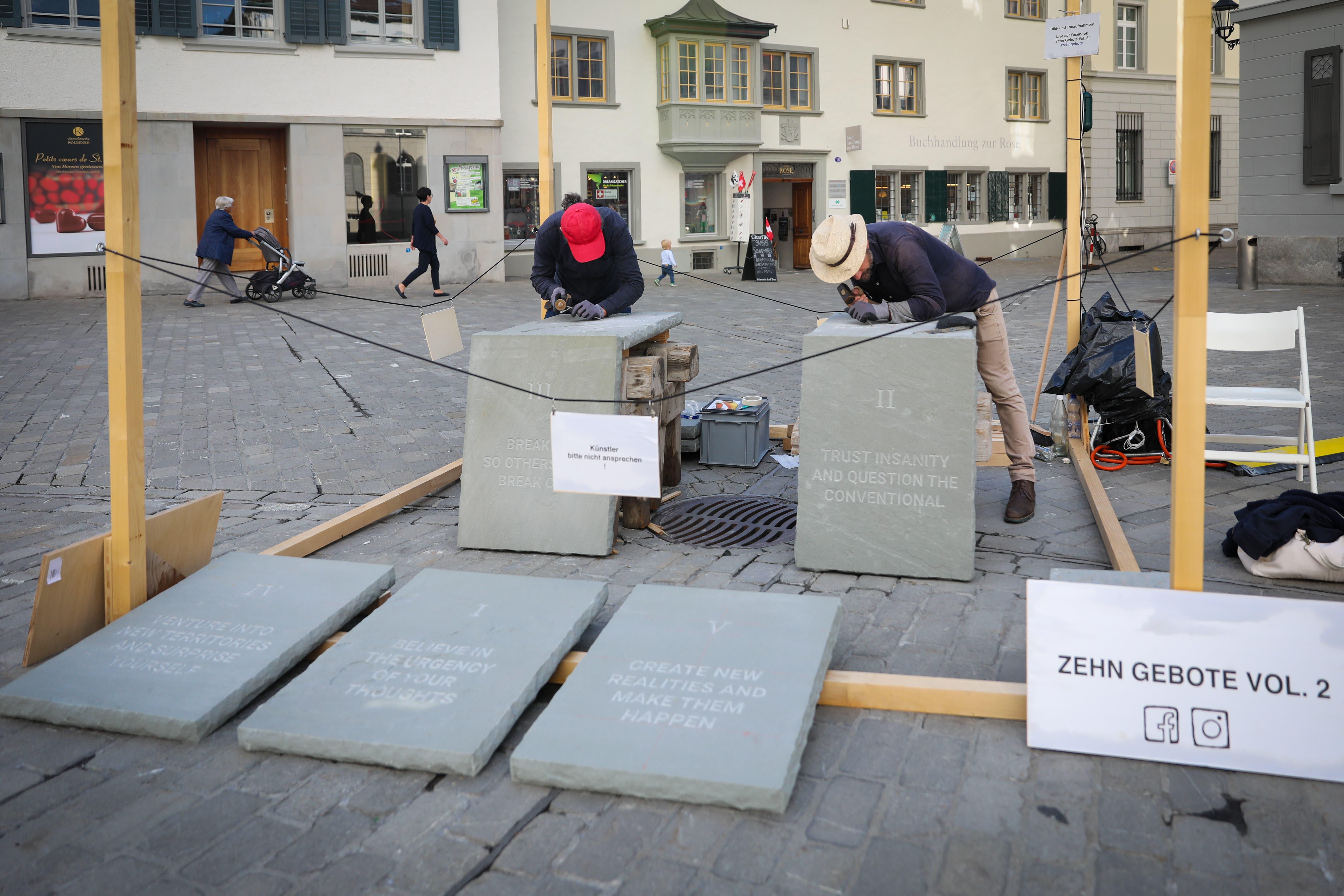 Die Freiluftwerkstatt der Riklins in der St.Galler Altstadt auf dem Platz an der Verzweigung der Gallusstrasse und Rosengasse.