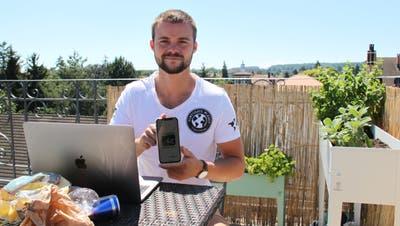 Der Kreuzlinger Pascal Ritter zeigt seine App. ((Bild: Emil Keller))