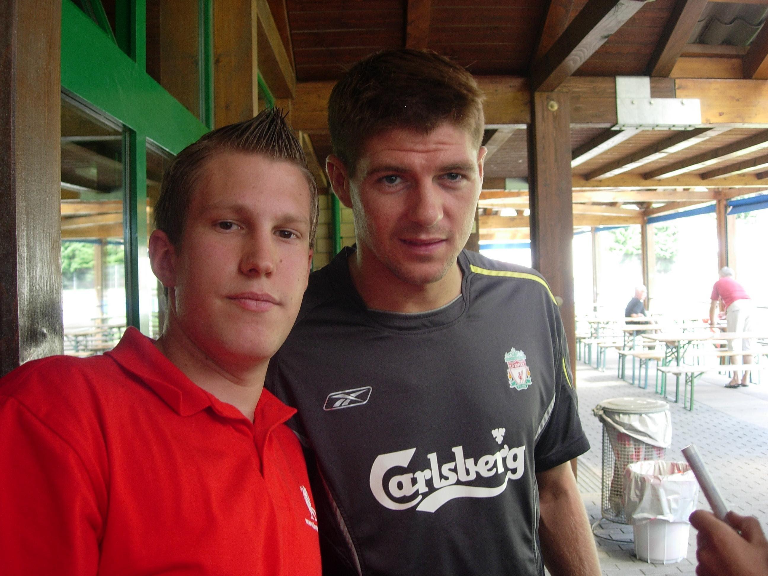 Reto Brunner mit Liverpool-Legende Steven Gerard 2005 in Bad Ragaz.