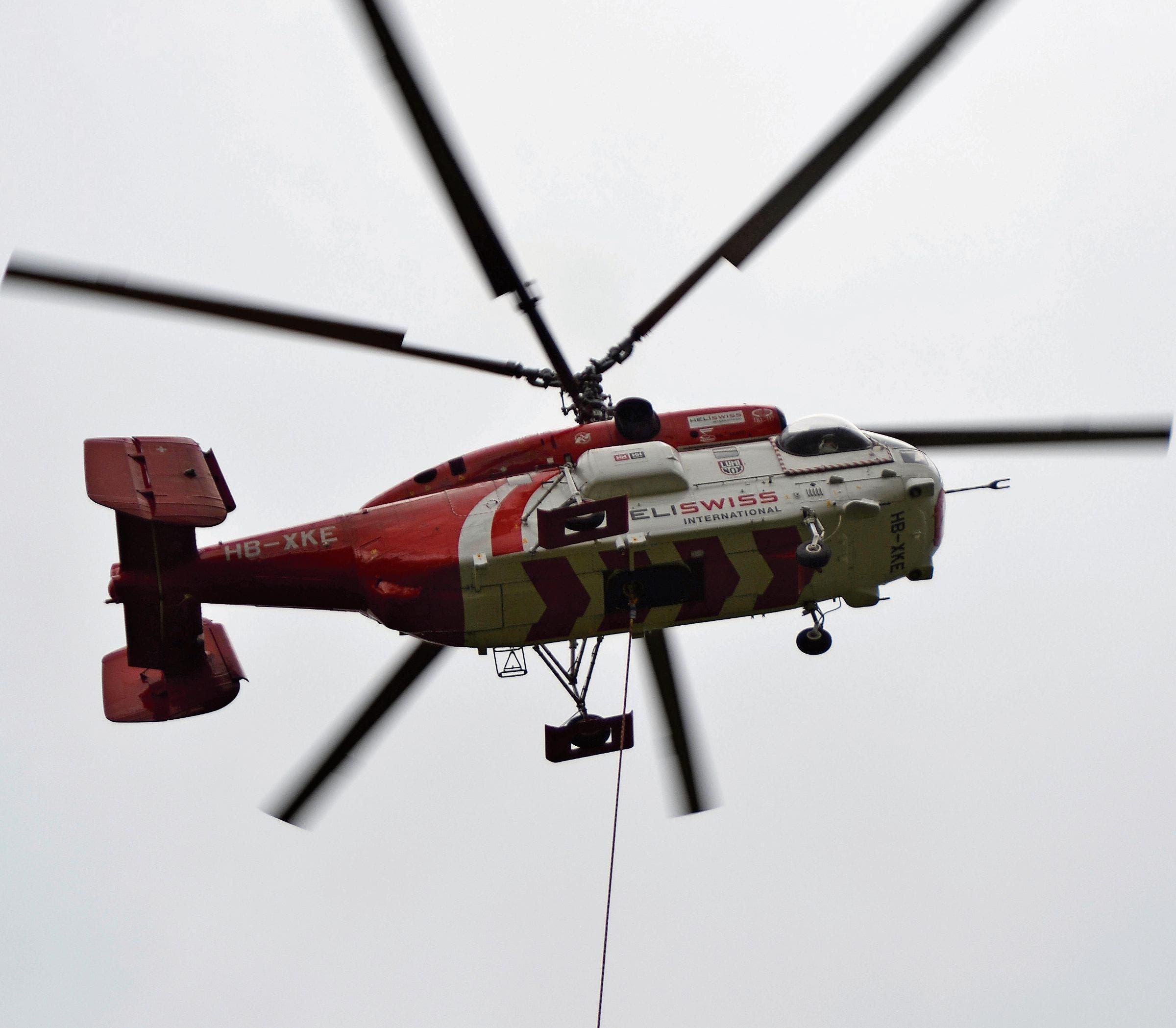 Der «Kamov Ka-32» fliegt mit einer Ladung an den Bestimmungsort.