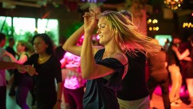 Menschen tanzen im Dance Inn, am ersten Tag, an dem dies wegen der Coronapandemie wieder erlaubt ist, am Samstag, 6. Juni 2020, in Münchwilen. (Benjamin Manser)