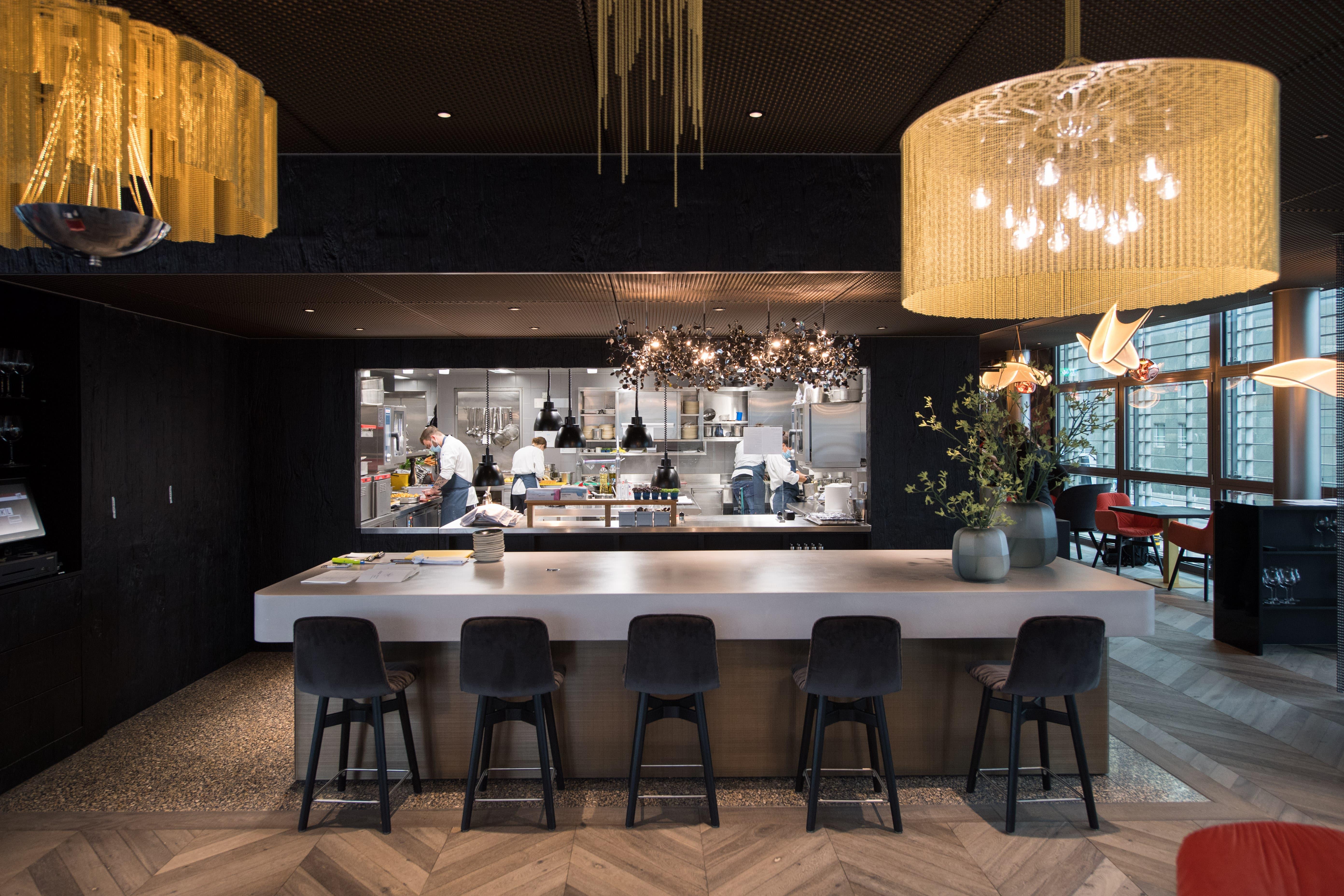 Hochbar im «Lucide» mit freiem Blick via Durchreiche in die hochmoderne Küche.