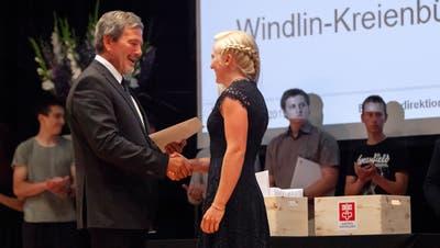 Vor einem Jahr konnte der Bildungsdirektor noch Hände schütteln: Res Schmid (links) übergibt Bettina Würsch das Fähigkeitszeugnis zur Landwirtin. (Bild: Edi Ettlin, Stans,6. Juli 2019)