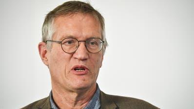 Daniel Koch, Delegierter des BAG fuer COVID-19, desinfiziert sich die Haende waehrend einer Medienkonferenz zur Situation des Coronavirus, am Montag, 11. Mai 2020, in Bern. (KEYSTONE/Peter Schneider) (Peter Schneider / KEYSTONE)
