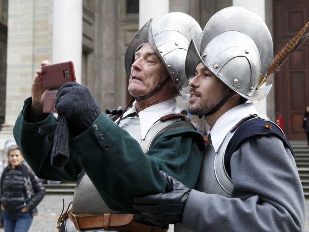 Moderne und Tradition: 800 Personen beteiligen sich in historischen Kostümen am Umzug durch die Stadt Genf.