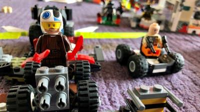 Legokriegermachen sich auf dem Teppich kampfbereit. (Bild: Roger Berhalter)