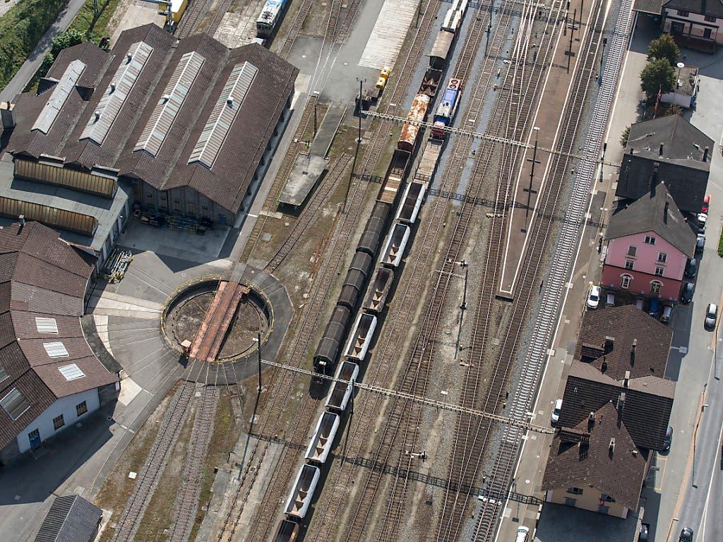 Gemeinschaftliche Arbeitsräume in leere Bahnhofareale bringen: das wollen die SBB und spannen dabei mit der Genossenschaft Village Office zusammen. Im Bild der Bahnhof Biasca TI aus der Luft.