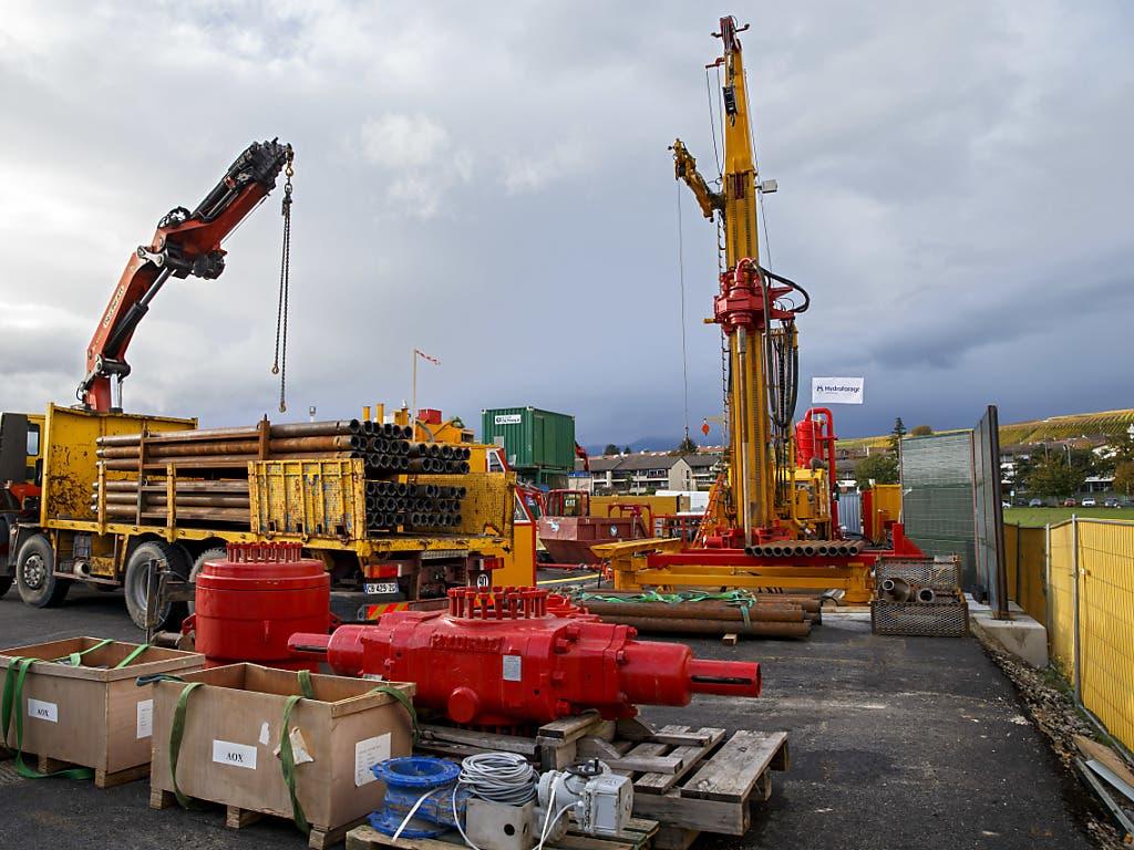 Geothermische Probebohrung in Lully bei Genf im November 2019. Für das Pilotprojekt in Haute-Sorne (JU) wird das Sicherheitsnetz engmaschiger. Damit will man das Risiko für befürchtete Erdbeben weiter verkleinern.
