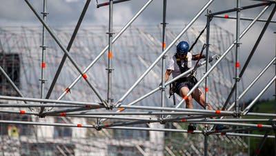 Die Arbeiter stellen das Gerüst für die Leinwand auf. (Bild: Stefan Kaiser (Zug, 29. Juni 2020))