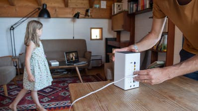 In Haushalten mit schwacher Internetverbindung kann es schon mal zu familieninternen Konflikten kommen. (Bild: Boris Bürgisser (Adligenswil, 30. Juni 2020))