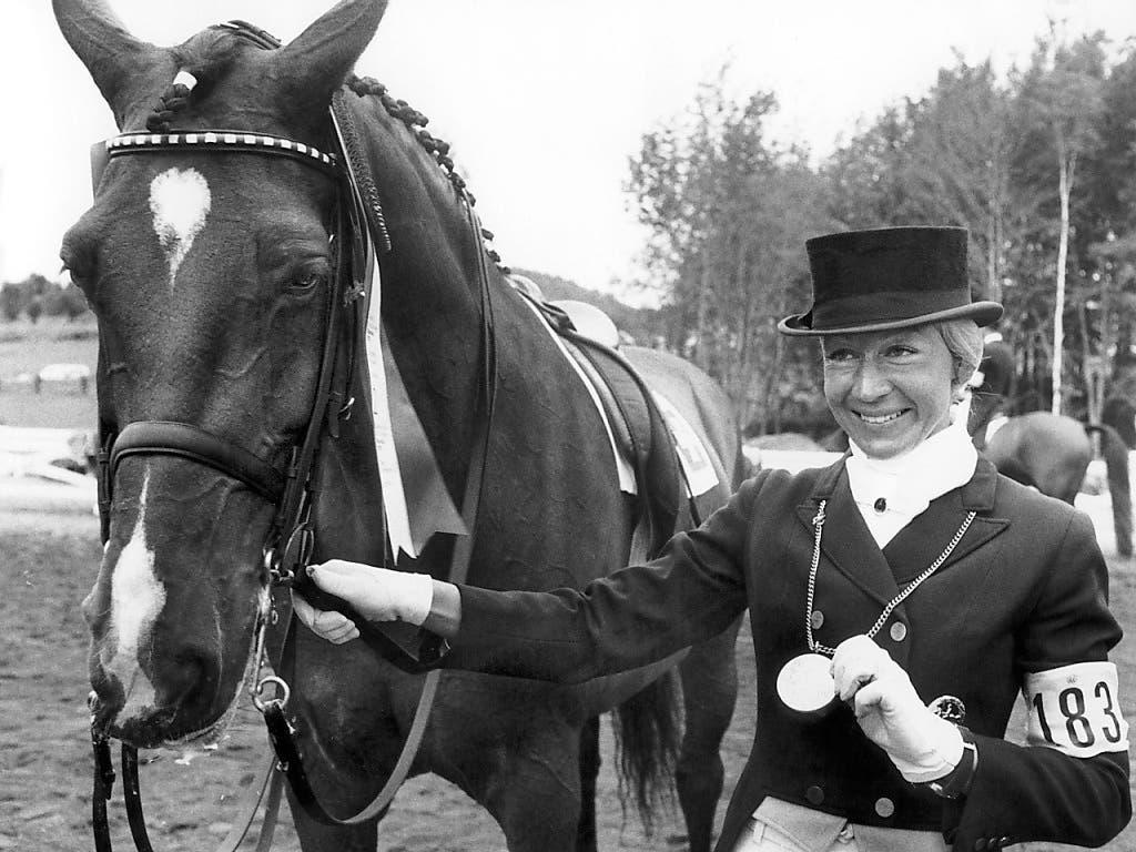 Christine Stückelberger und ihr Pferd Granat waren Mitte der Siebziger-Jahre unschlagbar. Die Bernerin präsentiert deshalb auch die Olympia-Goldmedaille von Montreal 1976.