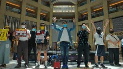 Protest gegen Pekings neues Sicherheitsgesetz: In einem Einkaufszentrum demonstrieren Aktivisten für Demokratie - und für die Unabhängigkeit Hongkongs. (Vincent Yu / AP)