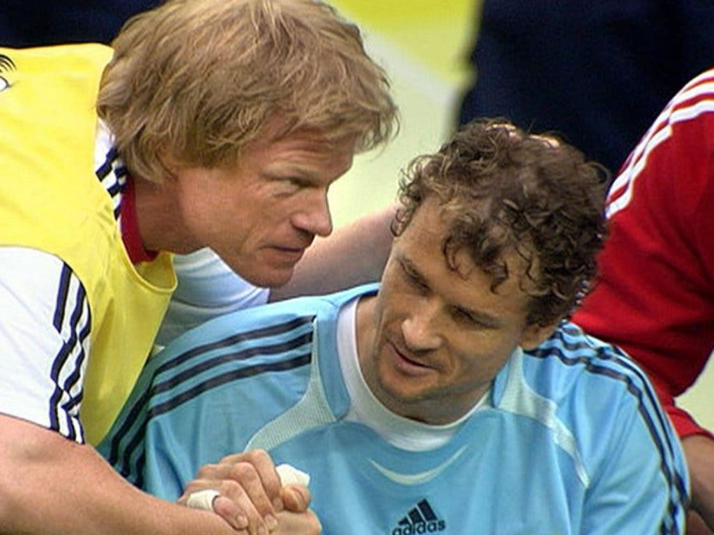 Die grosse Geste von Oliver Kahn: Der Goalie von Bayern München, der sich nie mit der Reservistenrolle abfinden konnte, ging auf Lehmann zu, umarmte ihn und wünschte seinem Rivalen viel Glück für Penaltyschiessen