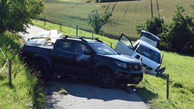Die beiden Unfallfahrzeuge auf derOrtsverbindungsstrasse in Pfaffnau. (Bild: Luzerner Polizei (29. Juni 2020))