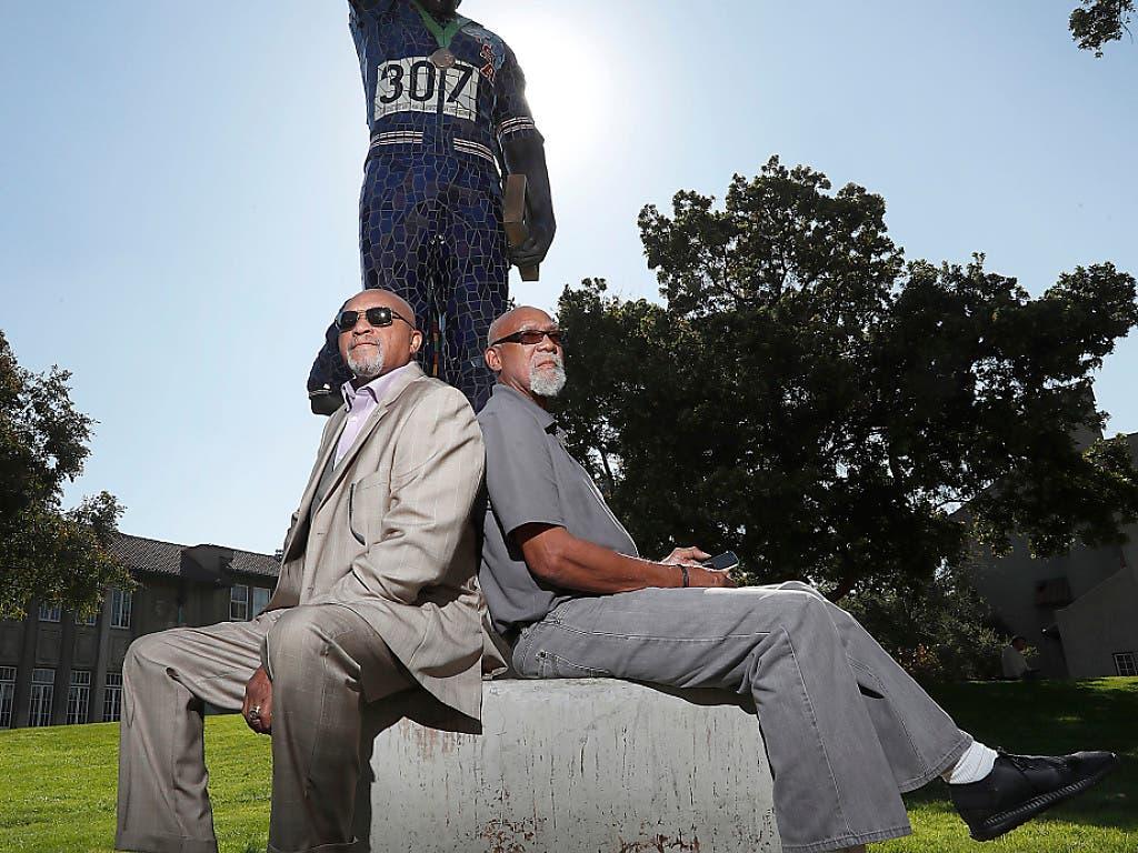 Tommie Smith (links) und John Carlos posieren vor der Statue, die zu ihrer Ehren erbaut wurde