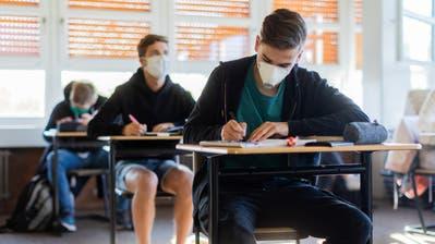 Die Thurgauer Schüler erhielten für die Prüfungen wie hier in Deutschland Masken zur Verfügung gestellt. (Bild: Rolf Vennenbernd/DPA)