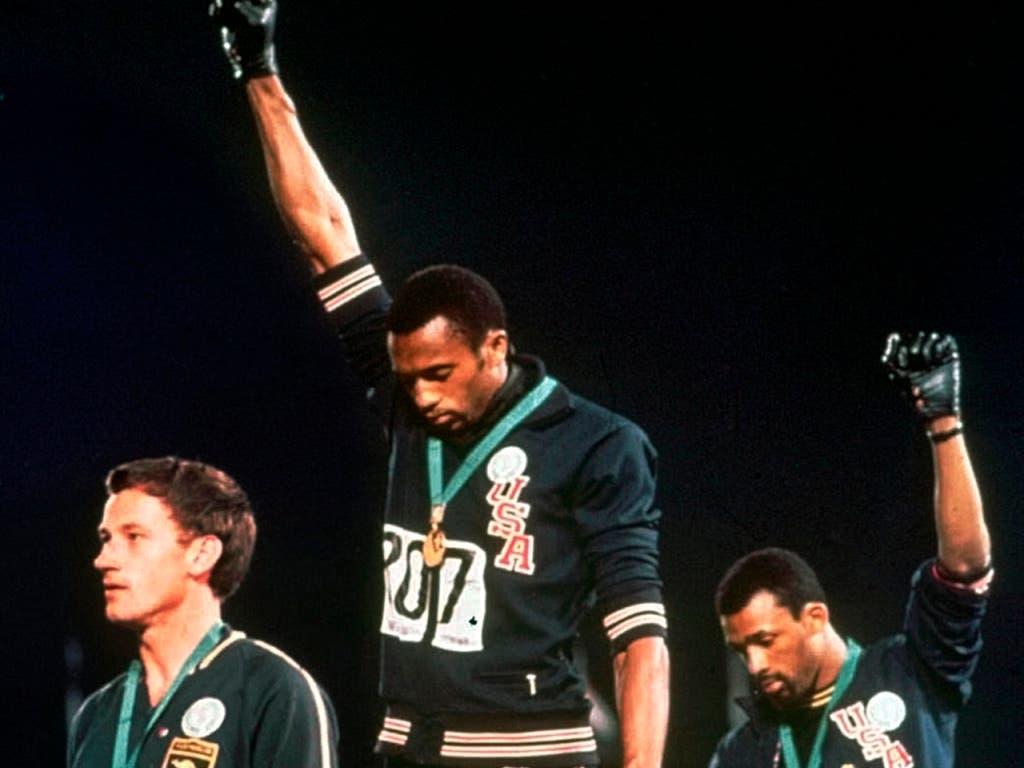 Eine Ikone der Sportgeschichte: Tommie Smith (Mitte) und John Carlos (rechts) recken an den Olympischen Spiele 1968 einen schwarzen Handschuh in die Luft