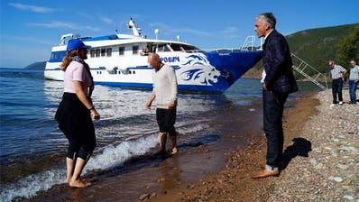 Wer kriegt nasse Füsse? Bundesanwalt Michael Lauber mit seinem Berater Viktor K. 2014 am Baikalsee in Sibirien. (zvg)