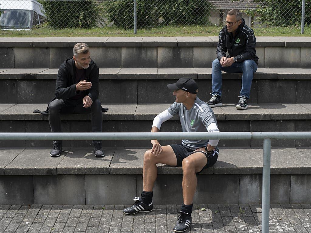 Distanz wahren gilt auf für das Führungstrio des FCSG, Matthias Hüppi, Peter Zeidler und Alain Sutter (von rechts)