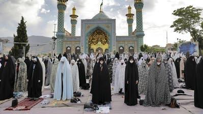 Gläubige mit Gesichtsmaske in der iranischen Hauptstadt Teheran: Der gesamte Nahe und Mittlere Osten kämpft mit der Coronakrise. (Ebrahim Noroozi / AP)