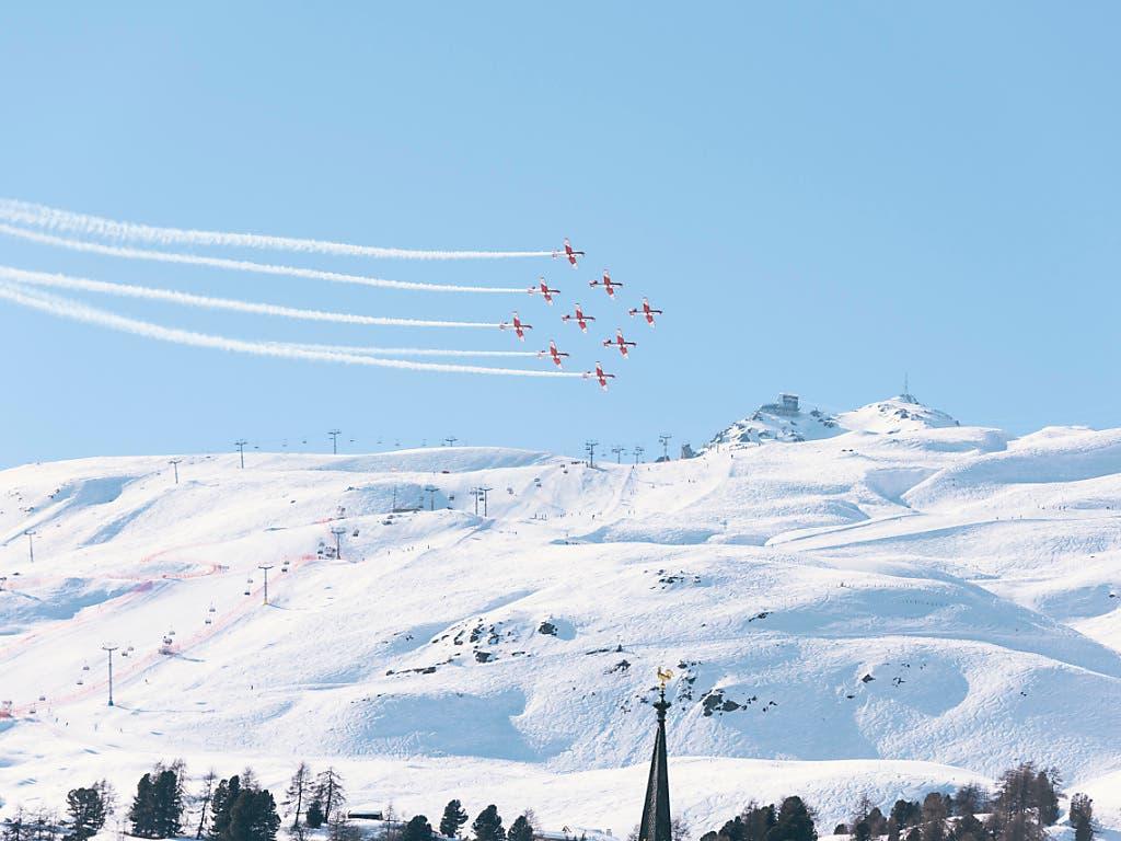 Das Team der PC-7-Kunstflugstaffel bei einer Vorführung in St. Moritz im März 2016.