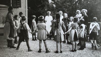 Kinder und Personal im Kreis auf der Hubelmatt, 1930er Jahre. Bis 1986 betreuten ausschliesslich Frauen die Kinder. (Staatsarchiv des Kantons Luzern)