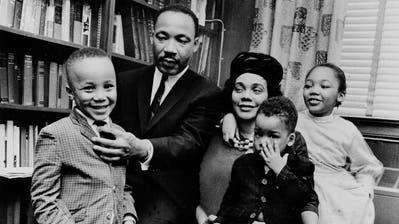 Martin Luther King III (links) als Fünfjähriger mit seinemberühmtenVater, dem gleichnamigen Bürgerrechtlers aus Alabama, Mutter Coretta, seinem Bruder Dexter (2) und seiner Schwester Yolanda (7). (Anonymous / AP)