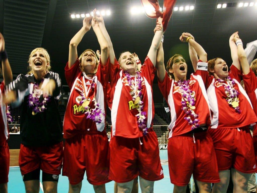 Mit Blumenkranz und Nationalflagge: Mirca Anderegg (Mitte links) und die Schweizerinnen feiern den WM-Titel