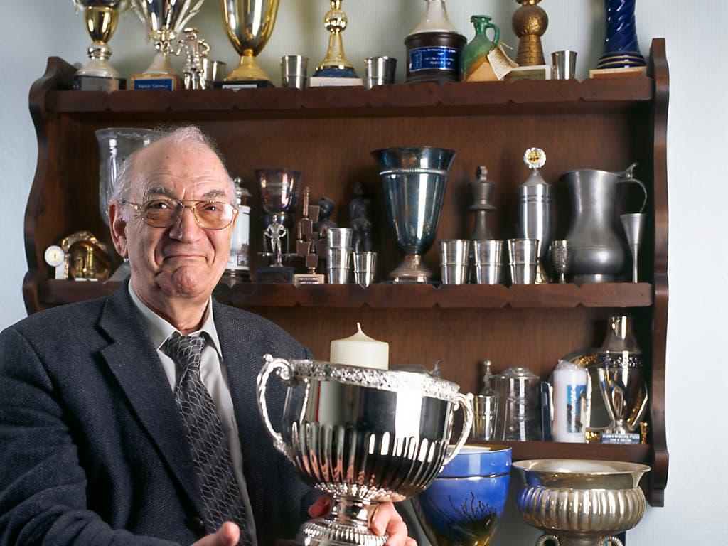 Viktor Kortschnoi präsentiert im März 2006 in Wohlen voller Stolz seine Trophäen-Sammlung