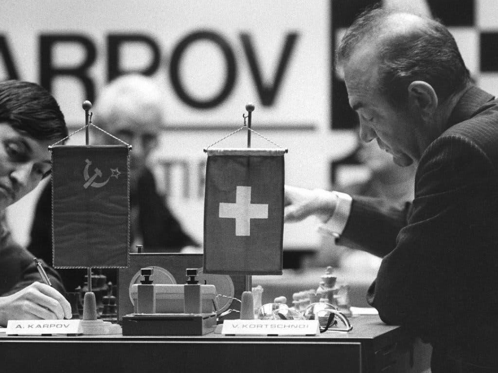 Viktor Kortschnoi (rechts) 1981 in Meran in Südtirol im WM-Duell gegen den Russen Anatoli Karpow, der sich mit 6:2-Siegen durchsetzte. Gleichwohl: Kortschnoi galt später für viele als der stärkste Schachspieler des zwanzigsten Jahrhunderts, der nie Weltmeister wurde