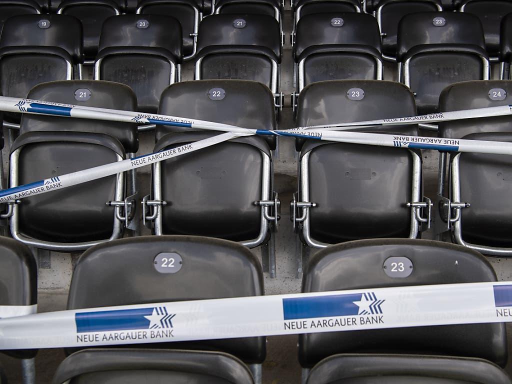 Eine Tribüne im Aarauer Brügglifeld-Stadion ist für das Testspiel zwischen dem FC Aarau und FC Thun abgesperrt