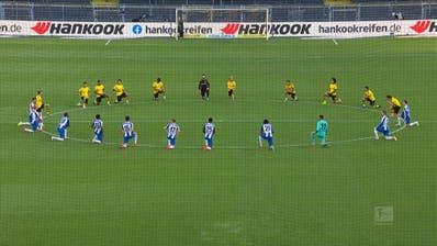 Bundesliga-Spieler knien als Zeichen gegen Rassismus nieder
