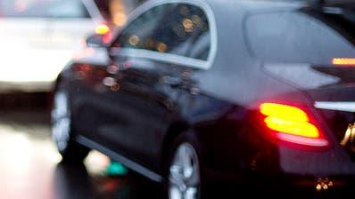 Maturaarbeit : Mattia Hanusch schreibt über autonomes Fahren im Kanton Zug. Portraitiert an der Baarerstrasse, zwischen dem Metalli und dem Burger King. (Bild: Maria Schmid, Zug, 17. Februar 2020 )Portrait, Porträt, Strasse, Auto, (Maria Schmid(neue Zz) / Neue Zuger Zeitung)