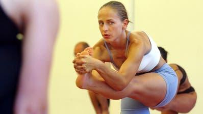 Yoga hat in den letzten sechs Jahren massiven Zulauf erfahren und ist bei Frauen besonders beliebt. Bei 80 Prozent liegt der Frauenanteil. (Bild: Keystone)